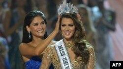 ایریس میتنائر ملکه زیبایی جهان از فرانسه (راست) در کنار پیا وورتزباخ ملکه زیبایی فیلیپین و برنده سال گذشته