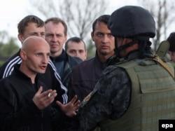 Блокада военной техники ВСУ возле Краматорска, 2 мая 2014 года