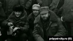 Оператор та режисер документальної кінотрилогії «Чорнобиль. Два кольори часу» Юрій Бордаков (ліворуч) та Ігор Кобрін (праворуч) у Зоні ЧАЕС (1988 рік)
