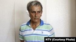 تصاویری که از آکین اوزتورک پس از بازداشت منتشر شده، او را با چهره مضروب و گوش باندپیچی شده نشان میدهد.