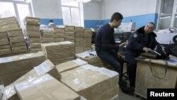 Сотрудник МВД в типографии в Мариуполе, где были напечатаны бюллетени, 25 октября 2015 года