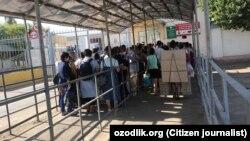 Люди стоят в очереди на КПП «Капланбек» на узбекско-казахской границе.