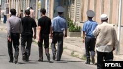 Polisiýa işgärleri bilen graždan adamlar metjide barýarlar, Duşenbe, Täjigistan.
