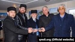 Представители Духовного управления мусульман Крыма закладывают капсулу на территории мемориала
