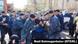 Задержание граждан на месте акции протеста в поддержку политических заключенных. Астана, 10 мая 2018 года.