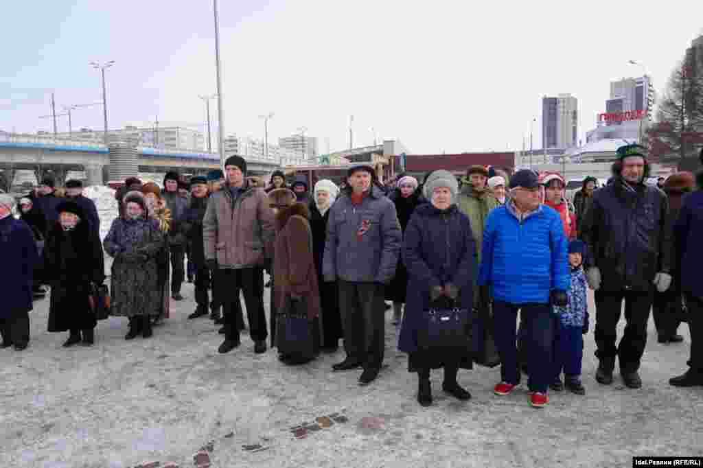 Татар тілін қолдау жиынына келген адамдар.
