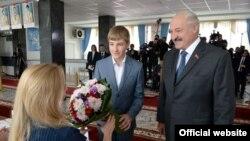 Аляксандар Лукашэнка з сынам Мікалаем на выбарчым участку