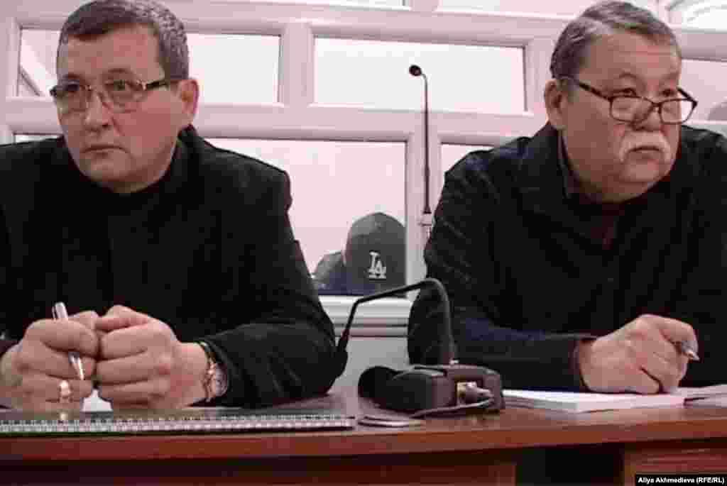 Адвокат Серик Сарсенов (на фото справа) заявил, что согласно материалам уголовного дела, на погранпосту «Арканкерген» обнаружили не 15, а 18 трупов. Талдыкорган, 19 ноября 2012 года.