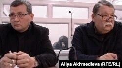 Серик Сарсенов (справа), адвокат подсудимого солдата-пограничника Владислава Челаха (в центре на заднем плане). Талдыкорган, 19 ноября 2012 года.