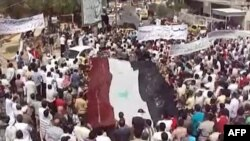 A video grab shows hundreds of antiregime protesters demonstrating in the northwestern city of Idlib on August 19.