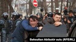 Задержание участников акции протеста в поддержку Садыра Жапарова, 25 марта 2017 г.