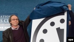 "Лауренс Краусс, член редколлегии журнала Bulletin of Atomic Scientists, представляет ""часы Судного дня""."