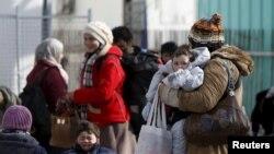 Migrantët në pritje të kalimit të kufirit...