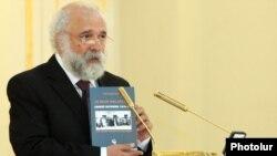Ragip Zarakolu Yerevanda Prezident Sarayında çıxış edərkən.