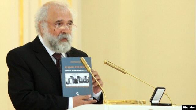 Armenia - Turkish publisher Ragip Zarakolu delivers a speech in Yerevan after receiving an Armenian state award from President Serzh Sarkisian, 29May2012.