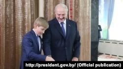 Аляксандар Лукашэнка і яго малодшы сын Коля на выбарчым участку. 11 кастрычніка 2015 году