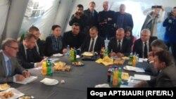 Около пяти часов участники встречи в селе Эргнети обсуждали вопросы безопасного передвижения населения, проживающего вдоль административной границы с Южной Осетий
