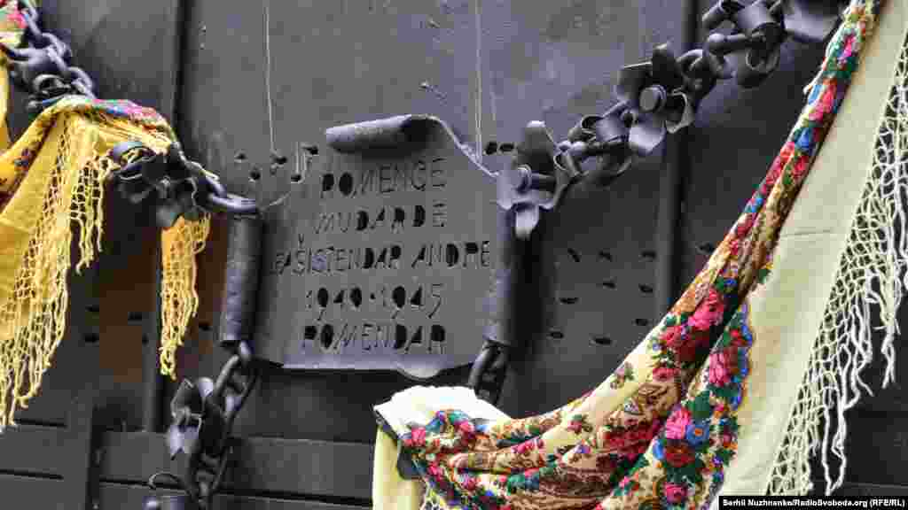 Спочатку пам'ятник буву вигляді прошитої кулеметною чергою кибитки із розп'ятим на колесі ромом, який височить на краю каньйону, поблизу мосту «Стрімка лань» уКам'янець-Подільському