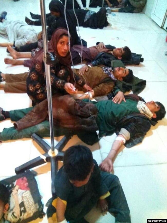 به گزارش کمپین فعالین بلوچ، این تصویر شماری از مهاجران افغان است که در تیراندازی اخیر در سیستان و بلوچستان زخمی شده و به بیمارستان منتقل شدهاند.