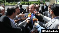Mohammad Bager Galibaf döwlet telewideniýesine gelýär. 7-nji iýun, 2013.