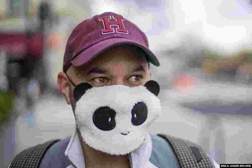 Футболистът Алан Гордън носи маска с панда, докато отива до хранителния магазин. Вашингтон, 1 април.