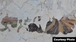 Бұрынғы Степлаг ғимаратының қабырғасындағы қопсыған сылақ астынан көрінген ескі сурет. Жезқазған, наурыз, 2016 жыл. (Фото Штепан Черноушектен алынды.)