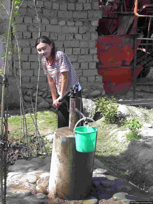 Кислое молоко используется местными девушками как косметическое средство