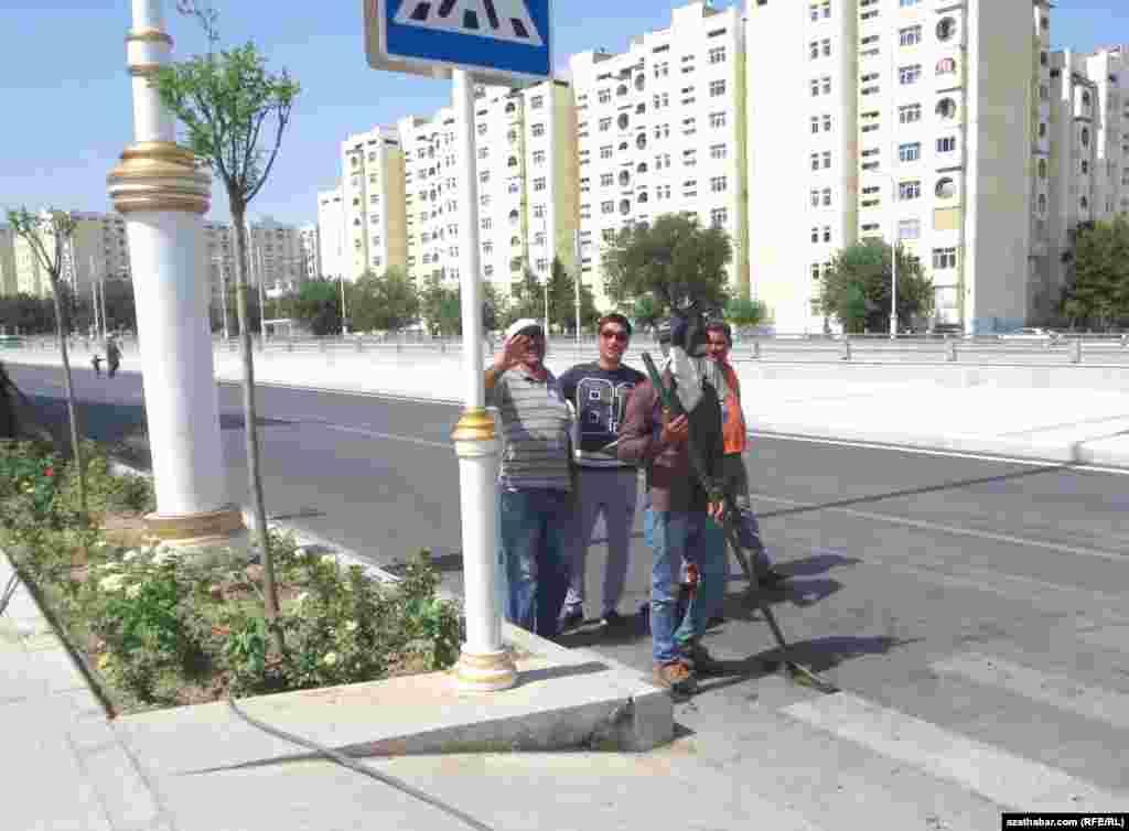 Рабочие, осуществляющие ремонт на улице Андалыпа, Ашхабад.