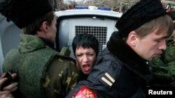 «Крымская самооборона» и «кубанские казаки» задерживают активистку Femen на акции протеста возле здания крымского парламента, 6 марта 2014 года