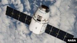 Вантажний корабель Dragon в космосі