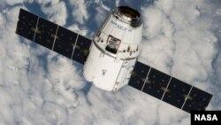 Космический корабль Dragon компании SpaceX в полете.