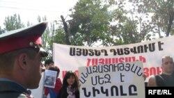 Протест возле здания суда во время заседания по делу члена оппозиции Никола Пашиняна, Ереван, 20 октября, 2009 г.