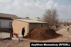 Жылыжайға тыңайтқыш тасып жатқан Ынтымақ ауылы тұрғындары. Оңтүстік Қазақстан облысы Сарыағаш ауданы, 11 ақпан 2015 жыл.