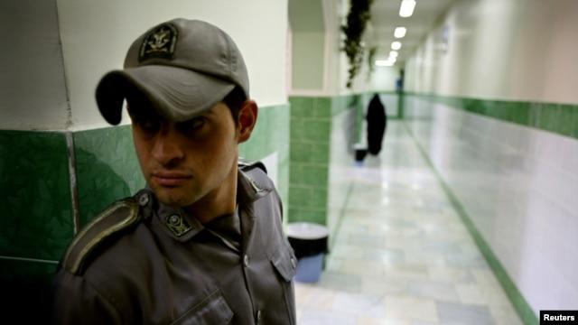 A prison guard stands along a corridor in Tehran's Evin prison. (file photo)