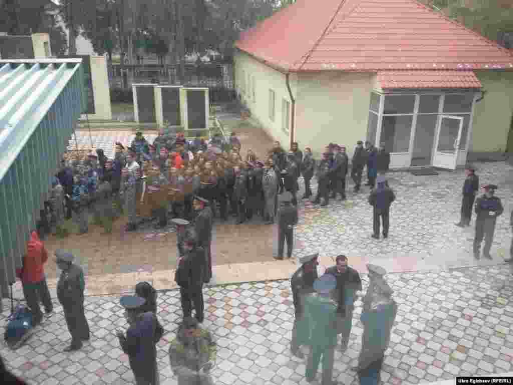 Отметим, что 12 октября девять заключенных СИЗО в Чуйской области совершили побег. При попытке остановить беглецов были убиты четыре сотрудника ГСИН. Милиция задержала пятерых беглецов, четверым удалось скрыться. 16 и 20 октября были ликвидированы двое из беглецов. 22 октября был задержан Эдиль Абдрахманов. Его задержали в поле рядом с микрорайоном «Тунгуч» в восточной части Бишкека.