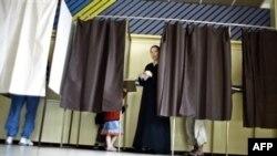تا ساعت پنج بعد از ظهر به وقت محلی، بيش از ۷۵ درصد مردم فرانسه به پای صندوق های رای رفتند.