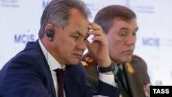 Ресей қорғаныс министрі Сергей Шойгу (сол жақта) мен Ресей қарулы күштері бас штабының бастығы Валерий Герасимов. Мәскеу, 16 сәуір 2015 жыл.
