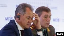 Министр обороны России Сергей Шойгу (слева) и начальник Генштаба Валерий Герасимов на конференции в Москве, 16 апреля 2015 года.