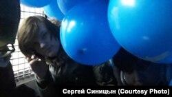 Один из активистов Либертарианской партии России, задержанный на акции 10 марта, в автозаке