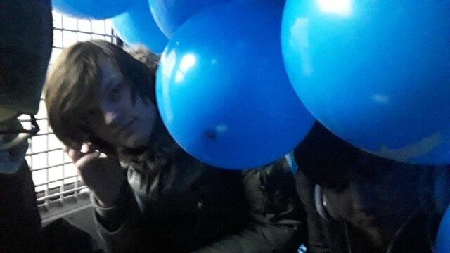 В автозак за синий шарик