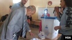 رای دهندگان در یکی از شعبه های رای در اربیل.