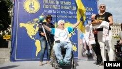 Мандрівник Микола Подрезан на заключному етапі всесвітнього проекту «Планета Земля. Погляд з інвалідного візка» на Майдані Незалежності, Київ, 5 липня 2018 року