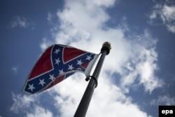 Флаг Конфедерации, до сих пор развевавшийся перед зданием Законодательного собрания штата Южная Каролина