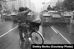 Moszkva központjában, a Kalinyin sugárúton felvonultatott harckocsik a Mihail Gorbacsov szovjet elnök elleni sikertelen puccs idején, 1991. augusztus 19-én