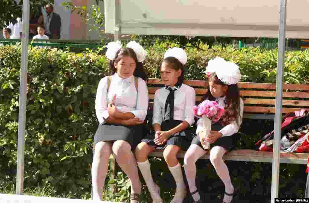 Мектептегі алғашқы қоңырауға келген оқушы қыз балалар. Талғар ауданы, Алматы облысы. 1 қыркүйек 2014 жыл.