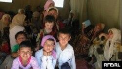 Өзбекстандан Кыргызстанга качып өткөн бозгундар. 2005-жыл, май.