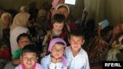 Дети беженцев из Андижана в лагере для беженцев в Сузакском районе Кыргызстана.