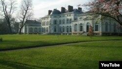 Гүлнара Каримовага караштуу Шато Груссе (Le Château de Groussay) сарайы Парижден 50 чакырымдай алыстыкта жайгашкан жана 1815-жылы курулган.
