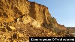 Обвал грунта на пляже в Андреевке