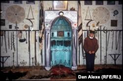 Interiorul sălii de ceremonii ai unei confrerii sufi în Prizren, Kosovo. (Foto: Dan Alexe, 2006)